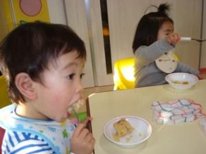 フォークで食べているよー!